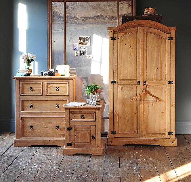 Corona, Pine, grey wall, wooden floor, large mirror