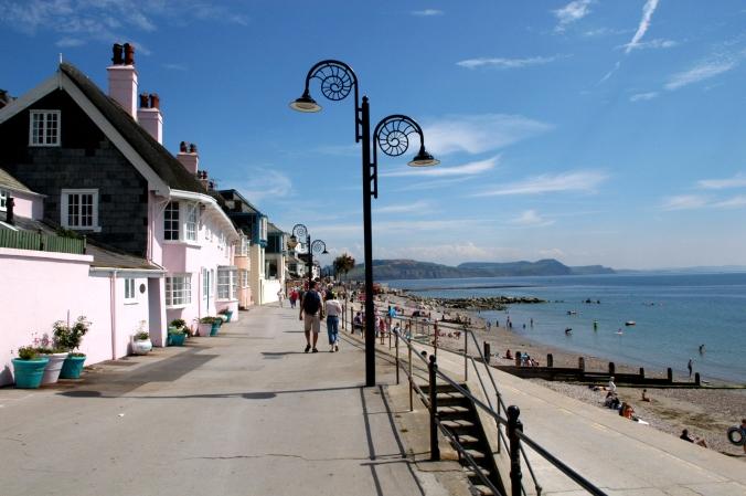 Beach Proud, Lyme-Regis-promenade