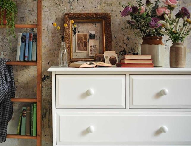 Eccelectic bedroom, white furniture, vintage frames, ladder, vtinage books, dream bedroom