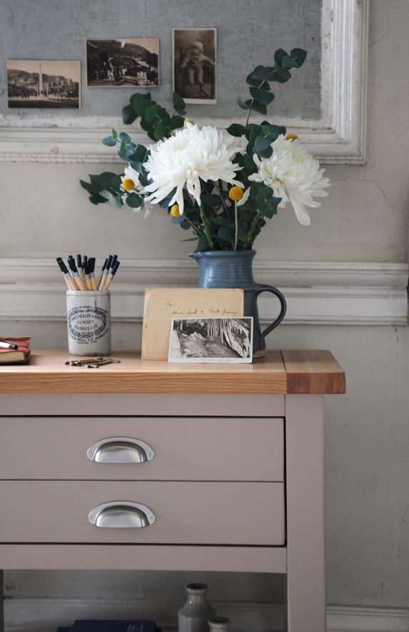 Hallway, flowers, pencils, pictures, post
