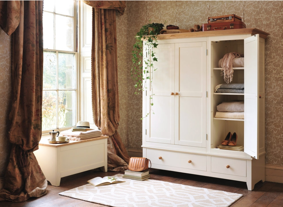 cream-bedroom-furniture-shaker-style-cupboards-mottisfont-country-bedroom-vintage-wallpaper